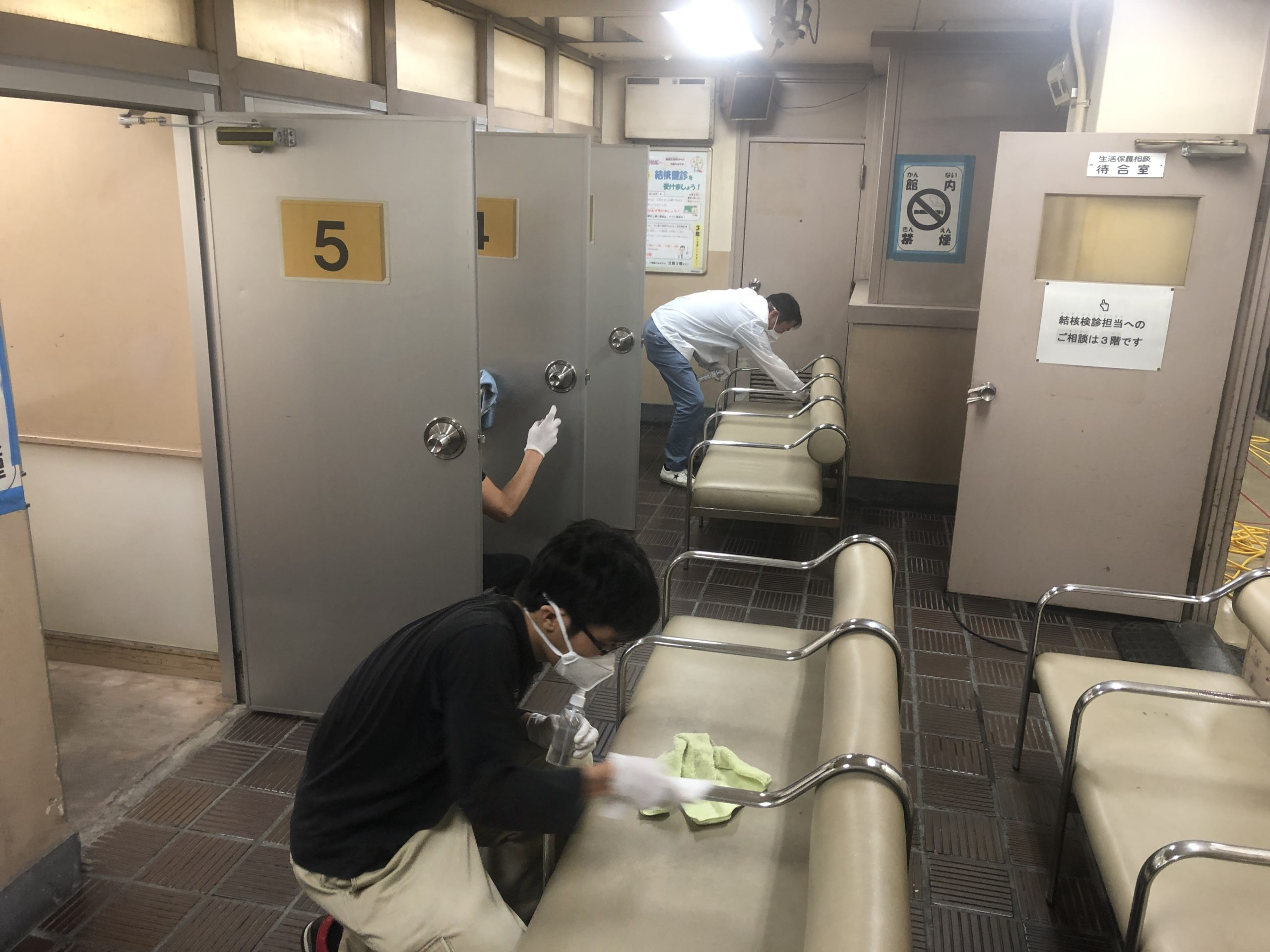 待合室のシートへの光触媒J-チタンHiKARiを塗布