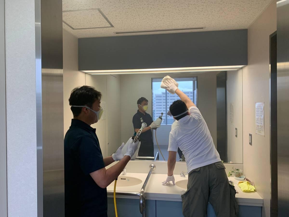 東大阪市役所トイレ鏡への光触媒J-チタンHiKARiを塗布