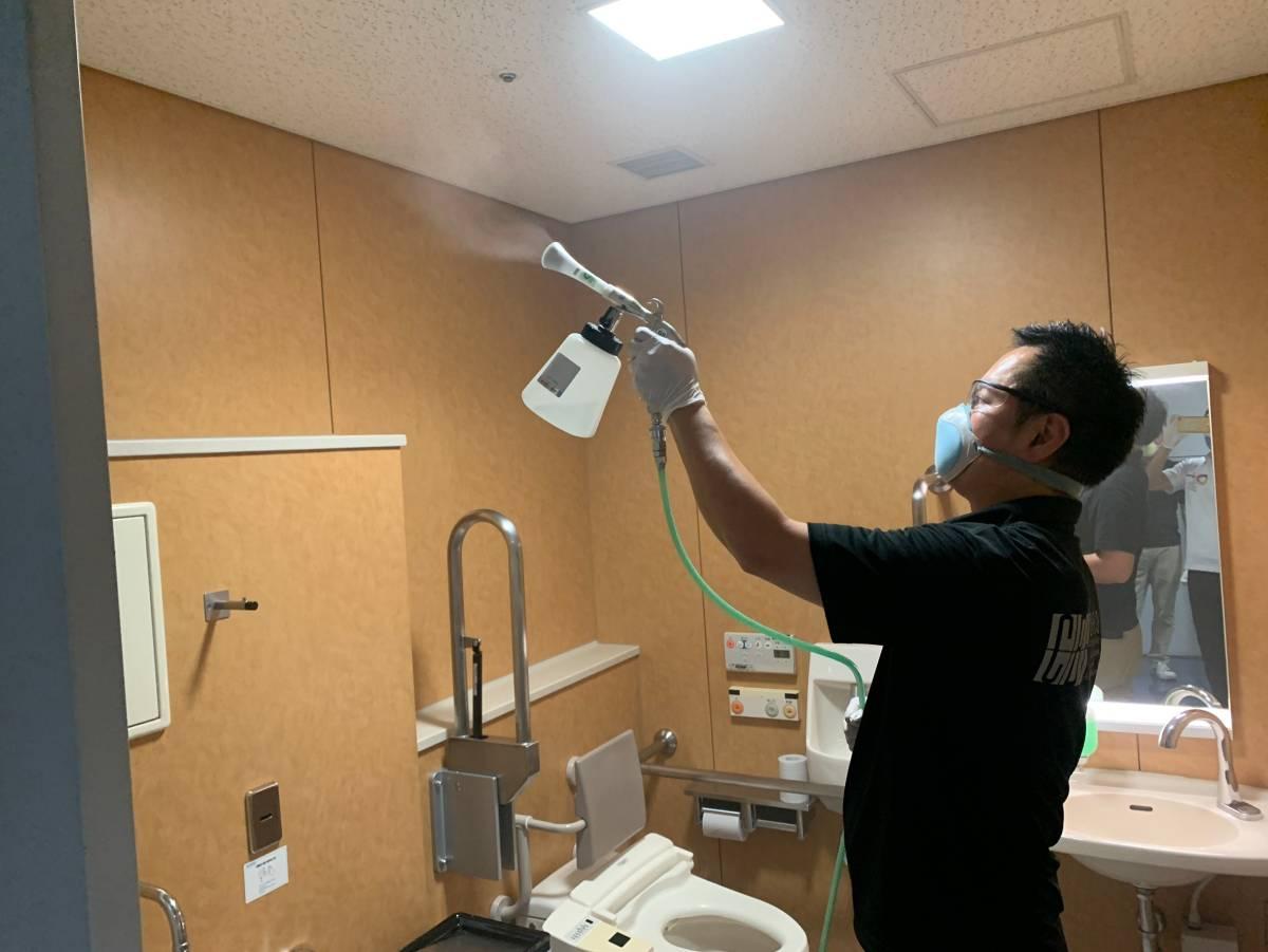 東大阪市役所多目的トイレへの光触媒J-チタンHiKARiを塗布