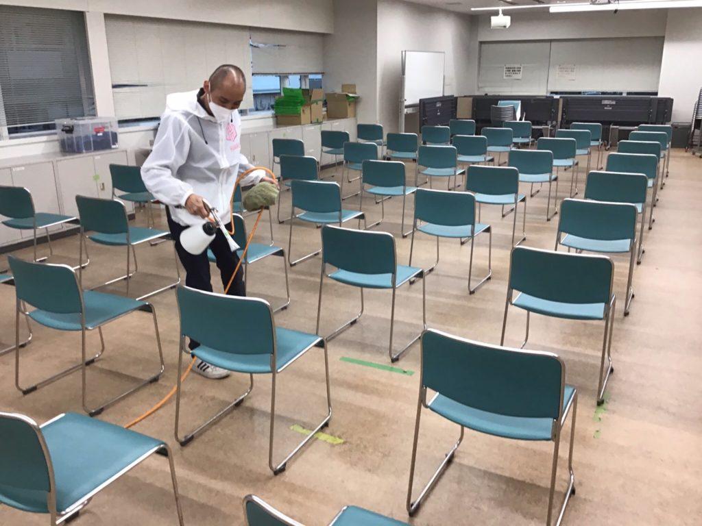 西成区役所椅子3