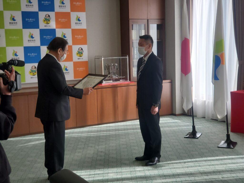 観音寺市役所贈呈式
